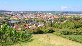 Ausgang-Einkaufsstadt Metzingen umgeben durch Weinberge stockfotos