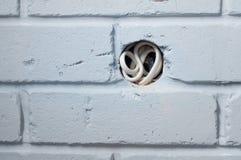 Ausgangkasten in der grauen Backsteinmauer Lizenzfreies Stockfoto