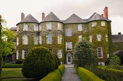 Ausgangs-Irlands Butler House coveres Efeu stockbild