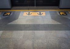 Ausgangs- und Eingangszeichen am Zugang Stockfotos