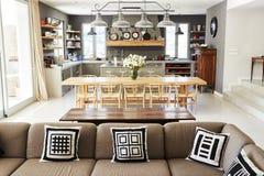 Ausgangsinnenraum mit Großraumküche, Aufenthaltsraum und Speiseraum stockbilder