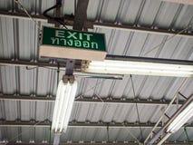 Ausgangszeichen mit thailändischem Wort bedeutet Ausgang unter altem Fabrikdach Stockfoto