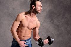Ausgeübter Körperzug des jungen Mannes mit Stangeglocke Stockfoto