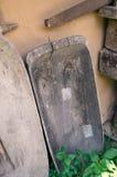 Ausgebesserte alte hölzerne Abflussrinne mit einem Loch und einer rostigen Säge Lizenzfreie Stockbilder