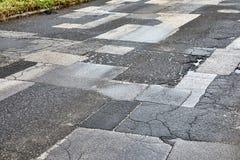 Ausgebesserte gebrochene Straße lizenzfreie stockfotografie