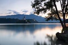 Ausgeblutete Insel und Schloss an der Dämmerung, Slowenien Lizenzfreies Stockfoto