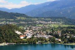 Ausgeblutete Stadt und See gesehen von Straza u. von x28; hill& x29; , Slowenien Stockbilder