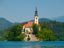 Ausgebluteter See mit Insel und Kirche Lizenzfreies Stockfoto