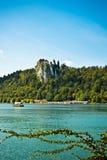 Ausgeblutetes Schloss vom See mit Bootsvertikale Stockfotografie