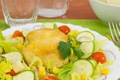 Ausgebogte Kartoffeln mit Mischgemüse Stockfotos