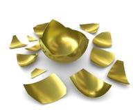 Ausgebrütetes goldenes Ei auf einem weißen Hintergrund Stockbild
