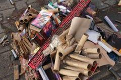 Ausgebrannte Feuerwerk Batterien und Petards stockfotos