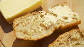 Ausgebreitete Butter auf Brot stock video footage
