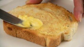 Ausgebreitete Butter auf Toast stock video footage