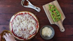 Ausgebreiteter Mozzarellakäse auf einer Pizza stock video footage