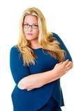 Ausgebuffte Geschäftsfraustarren intensiv an der Kamera stockbild
