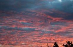 Ausgedehnte Aussicht eines bewölkten Morgensonnenaufgangs Stockfotos