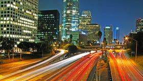 Ausgedehnte Nachtaufnahme 110 des im Stadtzentrum gelegenen LA Autobahn Stockbild