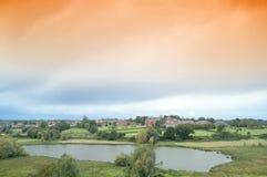 Ausgedehnte Wolken und Landschaft lizenzfreie stockbilder