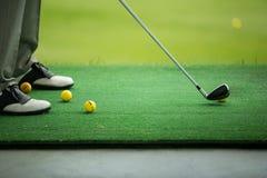 Ausgedehnter Ball des Mannes auf Golfplatz Lizenzfreie Stockbilder