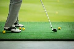 Ausgedehnter Ball des Mannes auf Golfplatz Stockfotografie