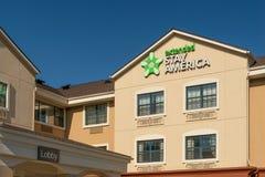 Ausgedehntes Aufenthalts-Amerika-Motel und Logo des eingetragenen Warenzeichens lizenzfreie stockfotografie