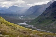 Ausgedehntes Tal mit dem Kungsleden Fußweg Stockfoto