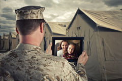 Ausgefahrener Soldat plaudert mit Familie Stockfoto