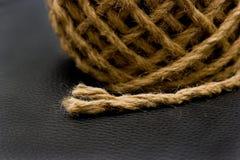 Ausgefranstes Seil auf ledernem Hintergrund Stockbilder