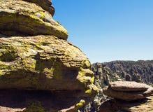 Ausgeglichene Felsen, die blauen Himmel gegenüberstellen Stockbild