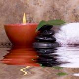Ausgeglichene Felsen, Kerze, Tuch Stockbilder