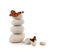 Ausgeglichene Steine mit Schmetterlingen Stockfotos