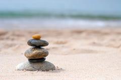 Ausgeglichene Zen-Felsen lizenzfreies stockbild