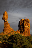 Ausgeglichener Felsen bei Sonnenuntergang am Bogen-Nationalpark Moab Utah Lizenzfreie Stockfotografie