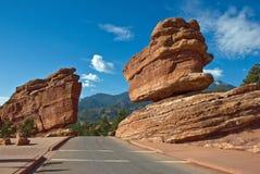Ausgeglichener Felsen und Straße Stockbild