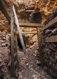 Ausgehöhlt im Bergwerk-Antriebswelle-Tunnel Lizenzfreie Stockfotos