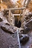 Ausgehöhlt im Gruben-Tunnel Stockfotografie