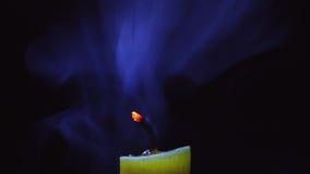 Ausgelöschte Kerze auf schwarzem Hintergrund Lizenzfreie Stockfotografie
