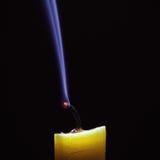Ausgelöschte Kerze auf schwarzem Hintergrund Lizenzfreies Stockbild