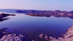 Ausgeprägter blauer See mit sandigen orange purpurroten Toten stock video footage