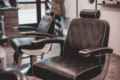 Ausgerüstet zum Rasieren und Haaranreden und -bart im Friseursalon stockfoto