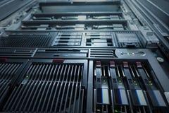 Ausgerüstete Ansicht- von untennetz und der Datenserver das mit LED beleuchtet fla Lizenzfreies Stockfoto