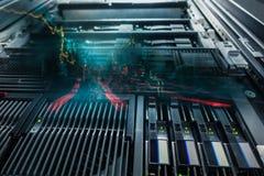 Ausgerüstete Ansicht- von untennetz und der Datenserver das mit LED beleuchtet fla Stockfotos