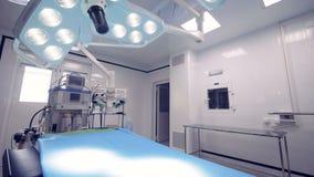 Ausgerüsteter Operationsraum mit zwei chirurgischen Lampen und einer Tabelle stock video footage