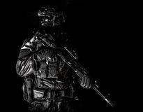 Ausger?stetes zur?ckhaltendes Portr?t des Auslesekraft-Soldaten stockfotografie