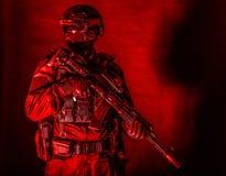 Ausger?stetes zur?ckhaltendes Portr?t des Auslesekraft-Soldaten stockbilder
