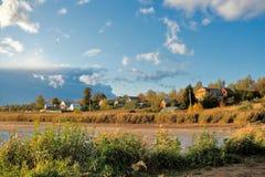 Ausgereifter Herbst auf Fluss Stockfotografie