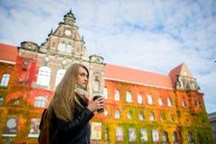 Ausgereifter Herbst Die reizende Studentin trinkt Kaffee Stockfotos
