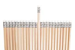 Ausgerichtete Bleistifte mit einem in der verschiedenen Höhe Lizenzfreie Stockbilder