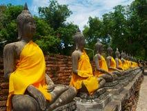 Ausgerichtete Buddha-Statuen in Phra Chedi Chaimongkol in historischem Park Ayutthaya stockbild
